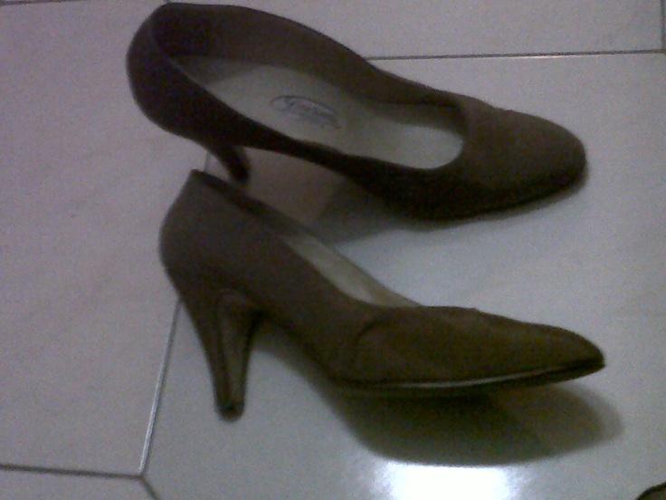 Brown satin décolleté shaped heel and tip