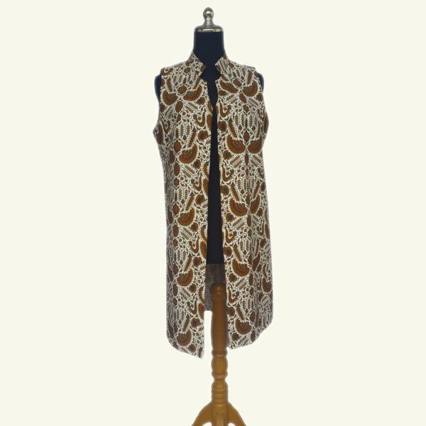 BAW015 Leslie Modern Batik Long Vest F  Rp 199.000,00  Modern batik long vest, warna putih batik solo yang elegan ini cocok dipadu padankan dengan warna gelap dan cerah. Full lapisan tricot. Modern dan stylish.  LD : 96cm  Size : All Size  Pembelian lebih dari 6, harga grosir.  HP/WA: +62-858-5596-1498 Pin BB: 73F2A744 Line : batikdomka Instagram : batikdomka