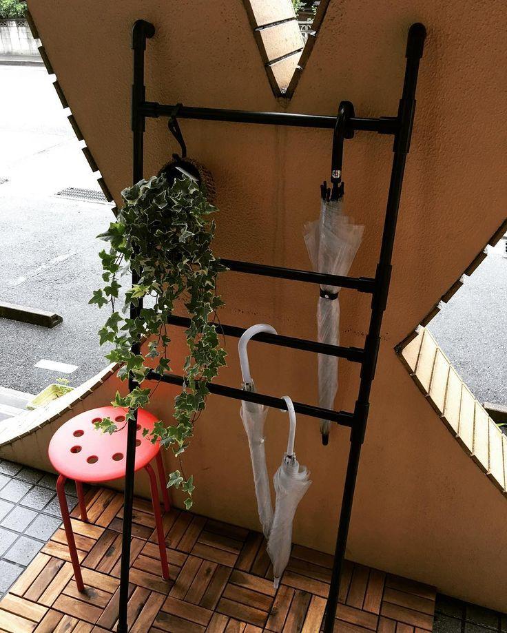 オールシーズン、でも雨や雪の日だけに限ってお世話になる傘。できるだけ邪魔にならず、欲しい時にすぐに取り出せる、そんな欲張りな願いを叶えるべく作られた(かもしれない)、DIY傘立てをご紹介します!