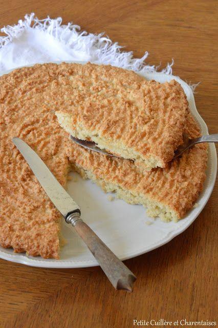 Macaroné du Poitou 250 g de poudre d'amande 200 g de sucre 120 g de blanc d'œufs (4 oeufs) 1 petite pincée de sel