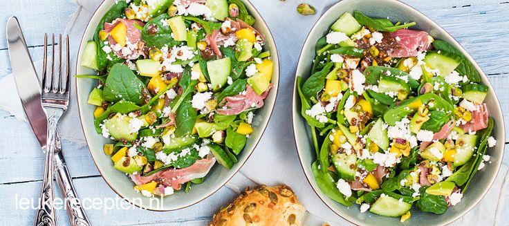 Met deze lichte en frisse salade van spinazie zet je een makkelijke en snelle lunch op tafel.