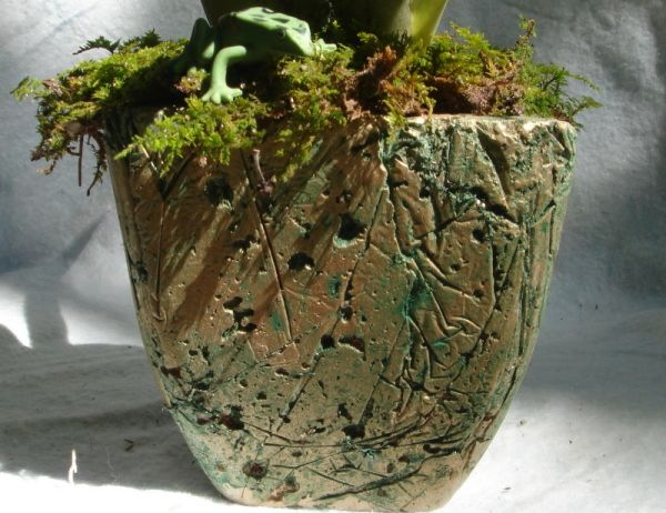 This is a guide about hypertufa craft projects. This simple mixture of Portland cement with substances like perlite and peat moss makes porous artificial stone pots, planters or garden art in any shape or size you can imagine.