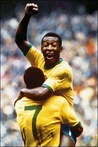 Pelé o melhor jogador da Copa de 70 comemora com Jairzinho.