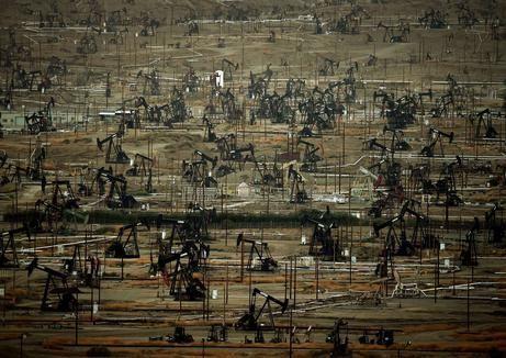 Een olieveld aan de Kern River in Califonië. Het veld is het vijfde grootste olieveld in de Verenigde Staten.