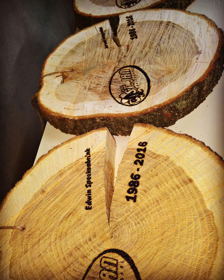 Boomstamschijven als jubileum cadeau! #persoonlijk #logo #inbranden #boomstamschijf #plateau #cadeau #jubileum www.als-nieuw.com