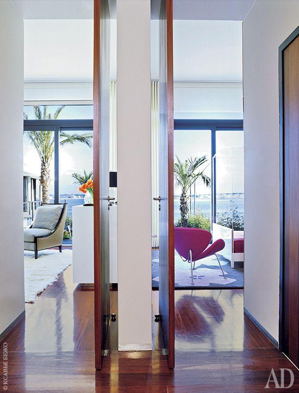 Окна хозяйской спальни (слева) и детской выходят на море. Кресло в хозяйской спальне, дизайн Oitoemponto. В комнате дочери стоит розовое кресло по дизайну Пьера Полена.