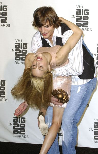 Ashton Kutcher and Brittany Murphy in 2002 or how to make properly big PDA red carpet...and look madly in love.