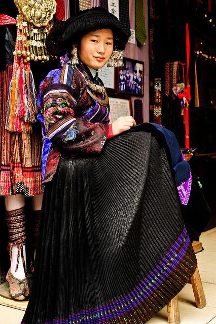 Traditional Dress Yangshuo China #OrientArt #China #Japan #OrientalArt #OrientCustom