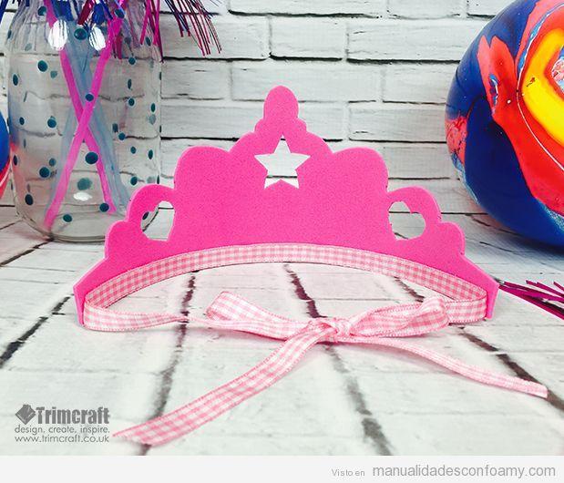 Corona de reina hecha con foamy para cumpleaños infantiles