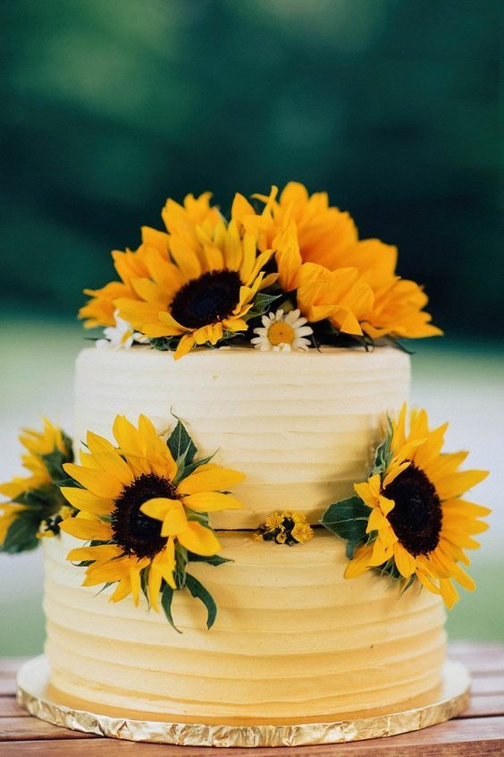 Sunflower wedding cake / http://www.himisspuff.com/country-sunflower-wedding-ideas/2/