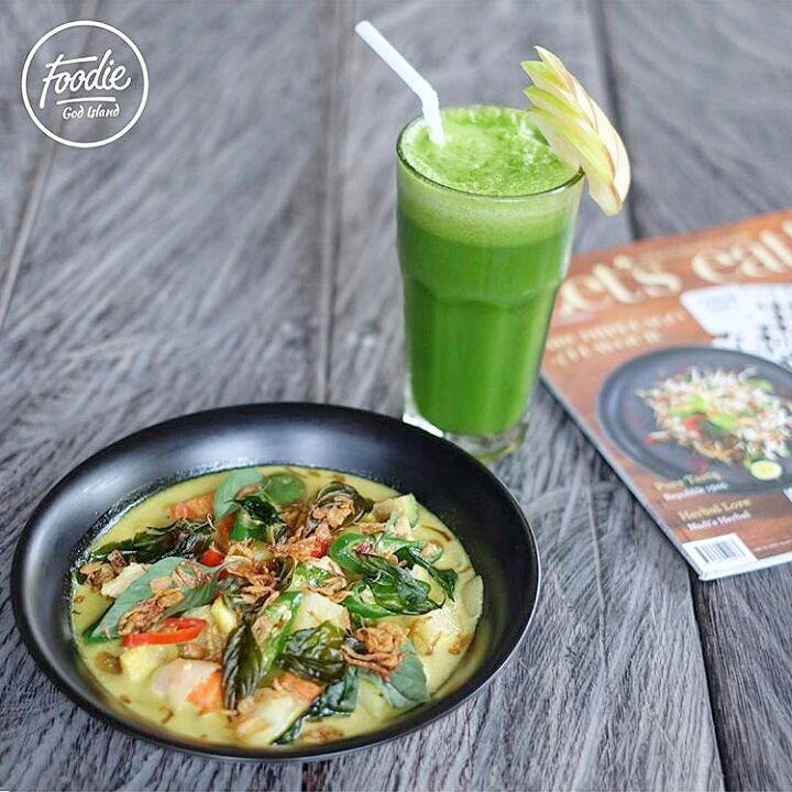 """featuring @foodiegodisland for #mekulicious  Hari ini kita cobain @dulangkitchen. """" Thai Green Curry with Chicken """" 55k Rasa curry nya yg mild di bumbui pas membuat rasa green curry nya sendiri enak """" Green Juice """" 40k Mix of Pineapple  Green Apple  Green Vegetable  dan Lime . Rasanya diluar perkiraan saya dominan dari rasa apple dan pineapple membuat healthy drinks disini seger ------------------------------------------------------ Dulang Kitchen and Bar Jalan Dewi Sri Kuta - Bali"""