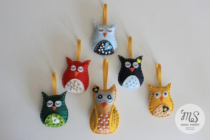 Various small owls made in felt are embroidered with applications and beads. They can be used as a keyrings, pins, bag decoration, wedding souvenirs or simply as decoration. Small size 7cm x 6cm Big size 10cm x 6.5cm ---------------------------------------------------------------- Vários mochos feitos em feltro, bordados com aplicações e miçangas. Podem ser usados como porta chaves, alfinetes, decoração para malas, lembranças de casamento ou simplesmente como decoração. Tamanho pequeno 7cm x…