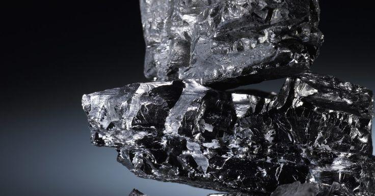 ¿Por qué es importante el carbono para los organismos vivos? . El carbono es el bloque básico para todas las formas de vida en la Tierra. Afortunadamente, es también uno de los elementos más abundantes en nuestro planeta. Al igual que toda la materia, el carbono ni se crea ni se destruye, por lo que todos los organismos vivos deben encontrar una manera de volver a utilizar continuamente el suministro finito ...