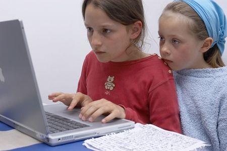 Man skal være 13 for at oprette en profil på Facebook, men rigtig mange børn under 13 bruger alligevel det sociale netværk. Med eller uden deres forældres vidende. Sådan hjælper du det unge barn godt igang.