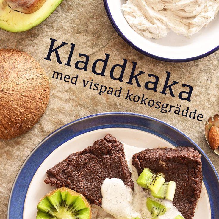 Kladdkaka med vispad kokosgrädde! Veganskt, glutenfritt och sockerfritt. Receptet finns i meny 18. 😊  www.allaater.se