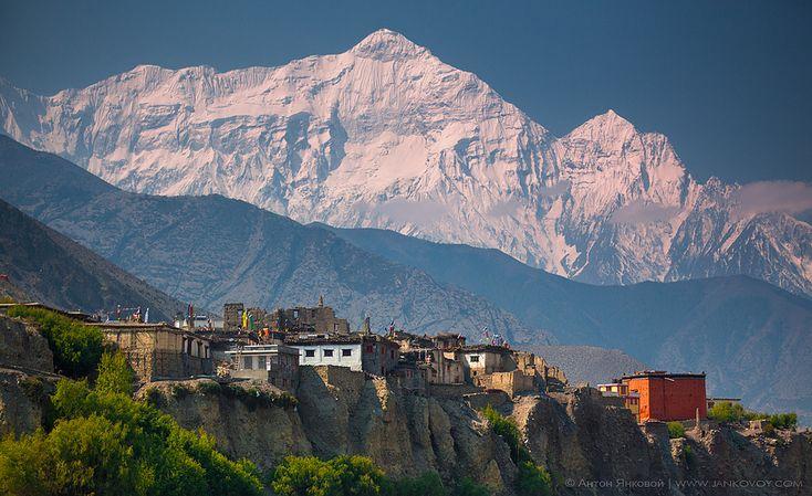 https://flic.kr/p/czM7YN | Incredible Himalayas | Nepal, ACAP, Upper Mustang, Kagbeni village (2,810 m) and Nilgiri North (7,061 m), 2012 | 1/640 sec, f/2.8, ISO 100, FL 80 mm Kagbeni and Nilgiri North (7,061 m)  Кагбени - древняя тибетская деревня в Королевстве Мустанг (Верхний Мустанг, Непал) расположившаяся в долине реки Кали Гандаки на высоте 2810 м. Центром поселка является здание похожее на красный куб (в правом нижнем углу фото) - это буддистский монастырь построенный в 1429 году, в…