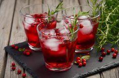Zu einem Weihnachtsmenü gehören nicht nur Braten und Beilagen, sondern auch die passenden Drinks. Neben Glühwein und Punsch gibt es allerlei kreative Cocktailrezepte, die uns die Adventszeit versüßen...