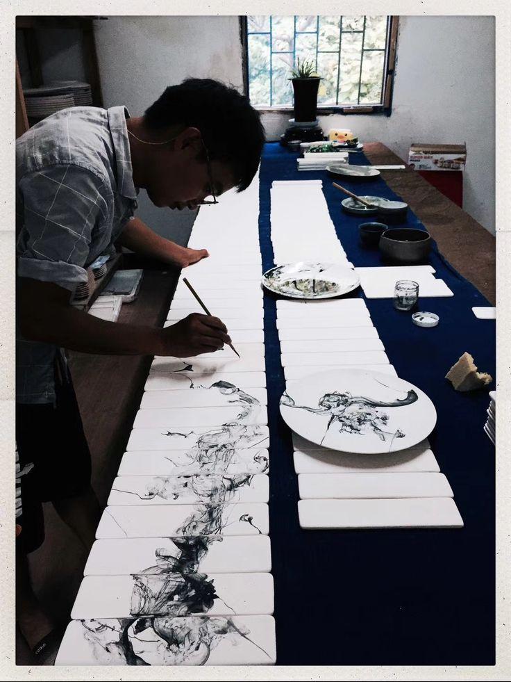 Der Keramikkünstler Jin Yuan Xu bei der Arbeit im Atelier.