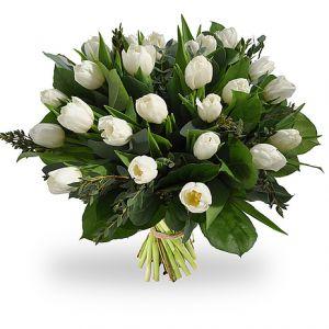 Vrolijk boeket van witte tulpen met diverse soorten groen.