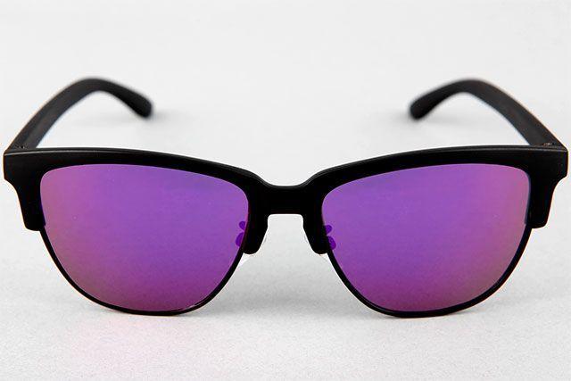 """Montura de policarbonatode alta calidad """"Black"""".  Lentes polarizadas color """"Purple"""", efecto espejo.  Protección ultravioleta, categ. 3 UV400 CE.  Incluye caja de cartón resistente y funda protectora de microfibra.  Logo impreso."""