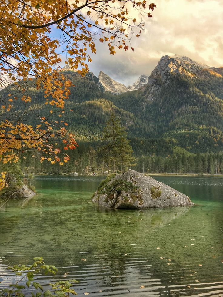 Reiseziel Königssee in Bayern. Für eine Tour an einen der tiefsten Seen in Deutschland ist die Jahreszeit egal. Der Königssee ist immer eine Reise wert. Im Frühling, Sommer, Herbst oder Winter. Ob zum Wandern, genießen oder für perfekte Fotomotive. Als Familienurlaub, Zeit zu Zweit oder als Wanderurlaub. Schroffe Berge, wie Watzmann, Jenner oder die schlafende Hexe blicken auf berühmte Orte wie St. Bartholomä. #Bayern #Wandern #Wellness #Königssee #Genussreisetipps #Natur #Urlaub #Tipp #Idee
