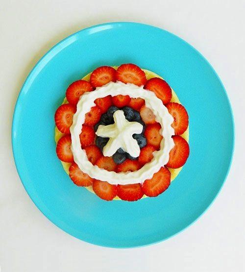 Tortitas decoradas del Capitán América para una desayuno para niños sano y divertido.