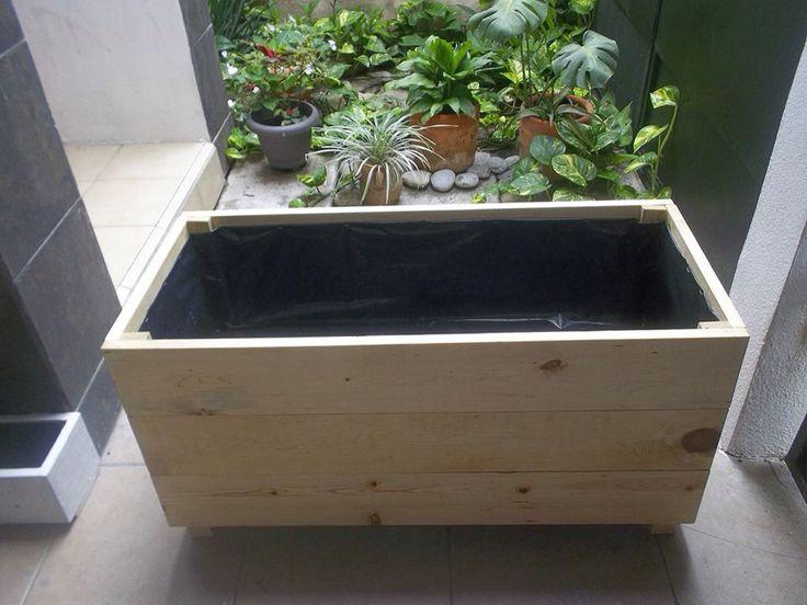 Jardinera de madera. Con 2 capas de aceite de linaza, 2 de impermeabilizante, hoyos de drenaje, plástico y 2 capas de barniz.