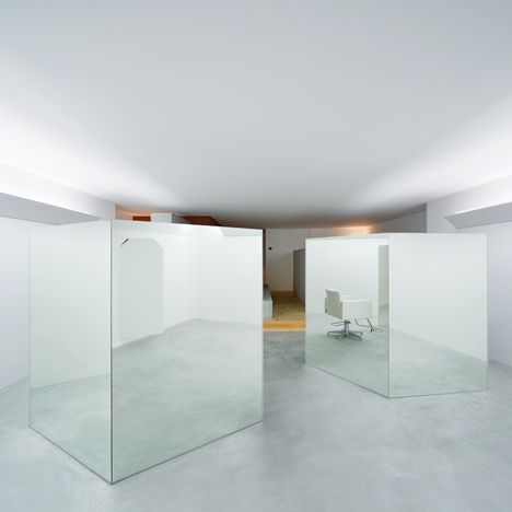 hair salon divided by mirrored boxes by Teruhiro Yanagihara