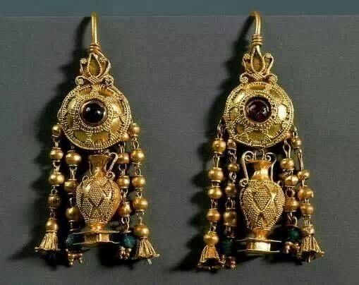 : gli orecchini ***  I primi#orecchinisono comparsi nell'età del bronzo. Gli esemplari di orecchini a cerchio comparvero nell'antichità greca con valenze di amuleto e monile.  Presso gli antichi#romanigli orecchini si arricchirono di gemmepreziose e di perle. Scomparvero quasi del tutto nel#Medioevoper poi tornare in auge nel Rinascimento.  Nel corso del Settecento di gran moda erano le#girandolesmentre nell'Ottocento le forme degli orecchini diventano sempre più creative…