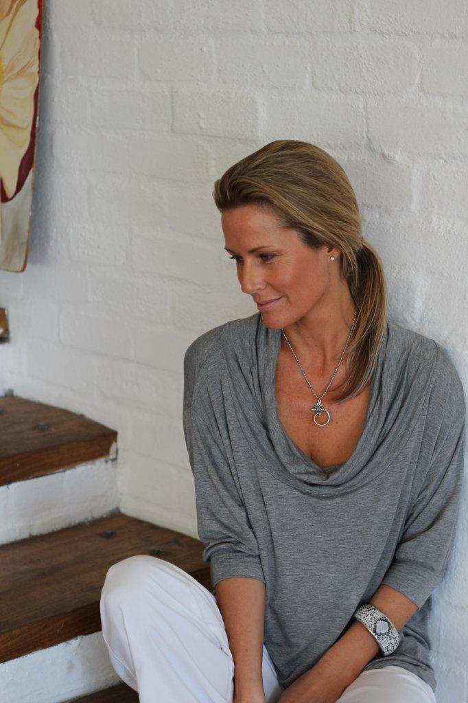 here i'm wearing the 'tie back top' with a loose cowel drape in the front. It totally changes the look, feel & mood of the top. Such an easy & versitile neckline ... x x x