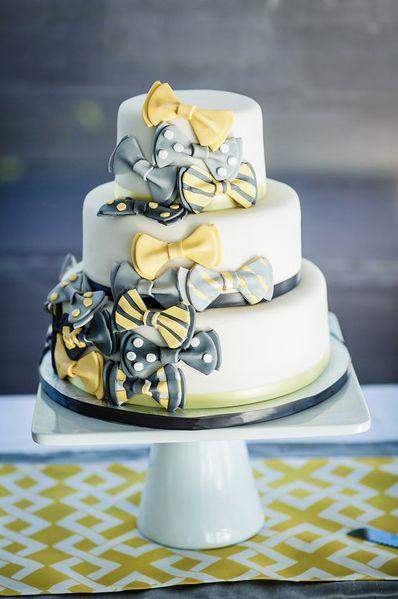 Linda torta de bodas de tres niveles cubierta de corbatitas michi de diferente color y diseño, en fondant. Una torta divertida y amena. #CentroChefPeru