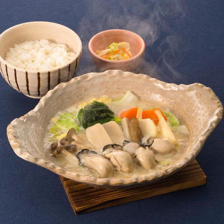 桃浦かきの白味噌鍋定食 ◆期間限定・復興支援メニュー・宮城・石巻  桃浦かきと蕪や白菜などの野菜を、お店でひいた出汁と白味噌を合わせたスープで煮込みました。かきの旨味と野菜の甘みがとけ込んだ、やさしい味わいのお鍋です。生麩のもっちりした食感もお楽しみください。  こちらの商品の収益より1食あたり20円を「認定NPO法人カタリバ」が運営する「コラボ・スクール」に寄付させていただきます。 「コラボ・スクール」は、東北の子どもたちのための放課後学校です。  1,063円[税込1,148円]  2016年 大戸屋期間限定・復興支援メニュー  #大戸屋 #ootoya #定食 #ご飯 #日本食 #2016年大戸屋期間限定メニュー #復興支援