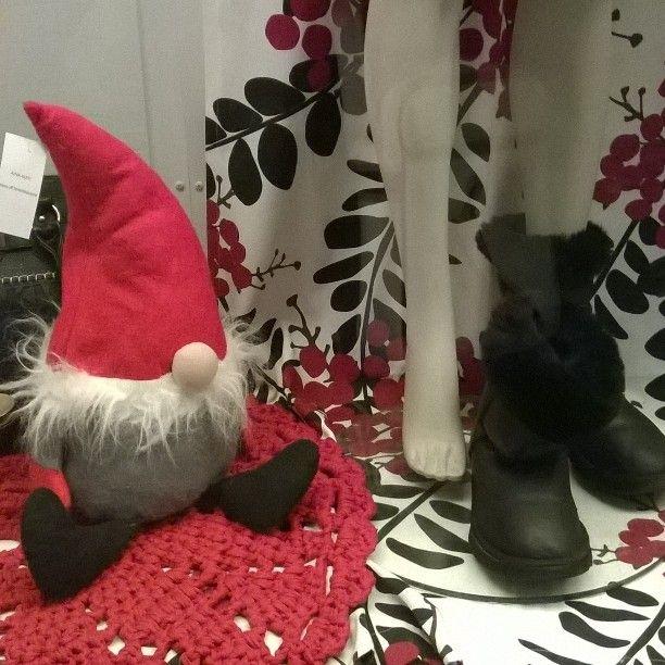 #jouluikkuna #UFF #Kontulan #ostarilla #Kontula #ostari #lähiöhelvetti #tonttu #tonttuparaati #tonttulakki 21/11/16 #lähiö on #söpö. Lähiö on #lähellä, #likellä.. #suburbia #eastHelsinki #windowshopping #Yule #yuledecoration #Yule2016 #Jul2016 #Joulu2016 #Joulu