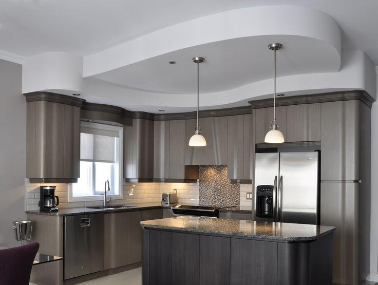 Cuisine en placage de bois 2 tons avec retomber de plafond courbé. http://cuisinelucas.com/portfolio/houle-armoires-de-cuisine/gallery/cuisines/