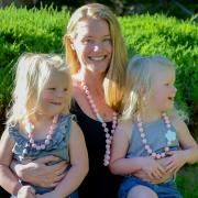 We're loving our new Flora 'Mommy and Me' necklace set! You can choose either pink beads with a white flower, or mint beads and a hot pink flower. Check out the options at www.bebeperla.com. * note: This set is for one mommy necklace and one little girl necklace 😘 #mommyandme #thatsdarling #twins #twinlove #twingirls #toddler #momlife #toddlerlife