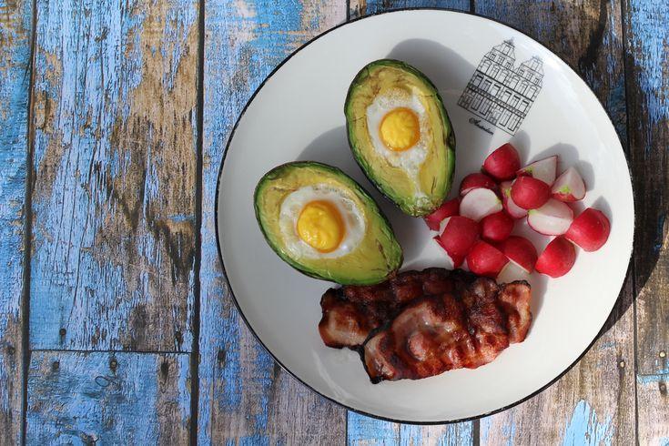 Śniadania mistrzów: jajka zapiekane w awokado | Krytyka Kulinarna
