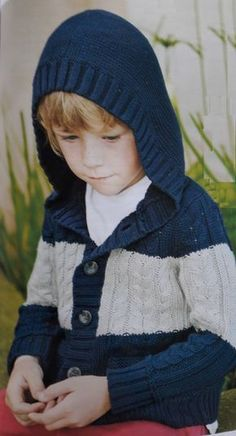 Este saco con capucha tejido le servirá a tu niño para todas sus actividades! Está tejido en hilo de algodón, con lo cual recomendamos su uso en media estación, o en esas tardes de verano en las que no hace tanto frío. Si quieres que quede más abrigado puedes tejerlo con lana, que también quedará genial. Materiales Para este saco con capucha tejido en talle 4 y 6 años vamos a necesitar:  350 / 370 gramos de hilo azul 100 gramos de hilo gris claro Un par de agujas N° 3 Un par de agujas...