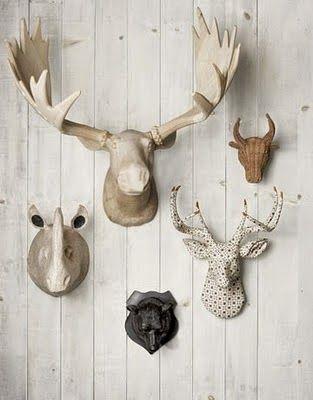 decoración de pared mediante cabezas de animales