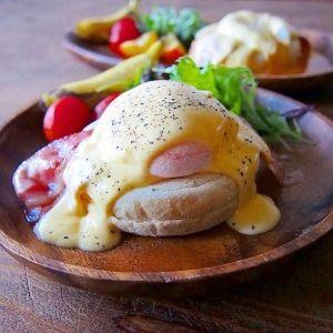 楽天が運営する楽天レシピ。ユーザーさんが投稿した「簡単♪5分でカフェ風エッグベネディクト」のレシピページです。お家にあるもので簡単に!エッグベネディクトが5分で完成です♬基本のレシピなので野菜をはさんだりアレンジしてください。イングリッシュマフィン(食パン等でも),ベーコン,卵,【オランデーズソース】,◆卵黄,◆バター,◆レモン汁(ポッカレモン),◆塩コショウ,◆マヨネーズ(なくても可)