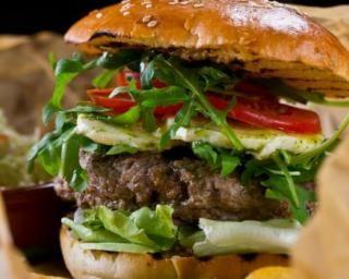 Burger léger tomate-mozzarella-roquette : http://www.fourchette-et-bikini.fr/recettes/recettes-minceur/burger-leger-tomate-mozzarella-roquette.html
