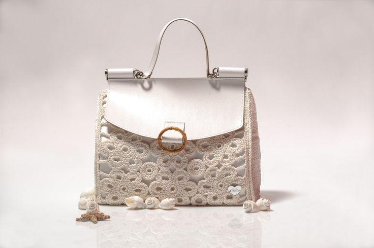 1- maxi bag con patta in pelle, fodera in raso bianco con doppia tasca interna