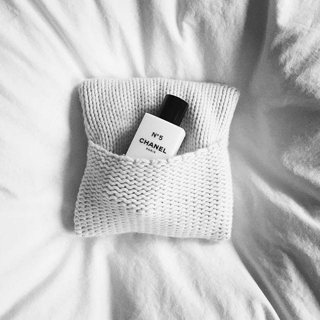 Wohltuende Wärme zum Entspannen mit Kirschkernkissen von #KatrinLeuze . Legen sie das Kissen einfach kurz in die Mikrowelle und genießen Sie das warme Gefühl auf Nacken, Bauch oder Beinen. Die Hülle aus Kaschmir trägt zur Wärme bei und ist noch wunderbar weich  | #BeautyAndStyleHamburg #Klosterstern #040