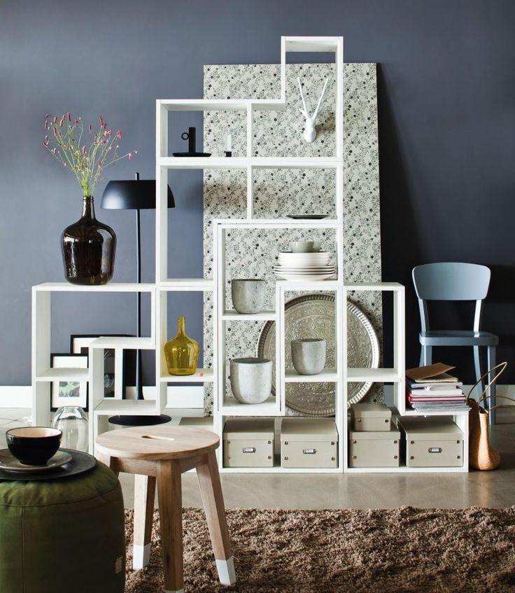 Grafische Formen und helle Farben machen den dänischen Einrichtungsstil aus. Das moderne Regal sieht nicht nur super aus, sondern es bietet auch reichlich Platz für Lieblingsstücke, Bücher, Dekoration oder Kerzen. Durch das smarte Design kann das Möbel auch als Raumteiler genutzt werden.