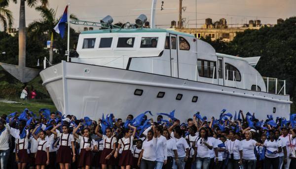 Réplica del Yate Granma, escoltada por pioneros de la enseñanza primaria, durante la Revista Militar y marcha del pueblo combatiente, en ocasión del 60 aniversario de la heroica sublevación en Santiago de Cuba y del Desembarco de los expedicionarios del Granma, Día de las Fuerzas Armadas Revolucionarias, en homenaje al Comandante en Jefe de la Revolución Cubana y a nuestra juventud. en La Habana, el 2 de enero de 2017 ACN FOTO/ Oriol de la Cruz ATENCIO