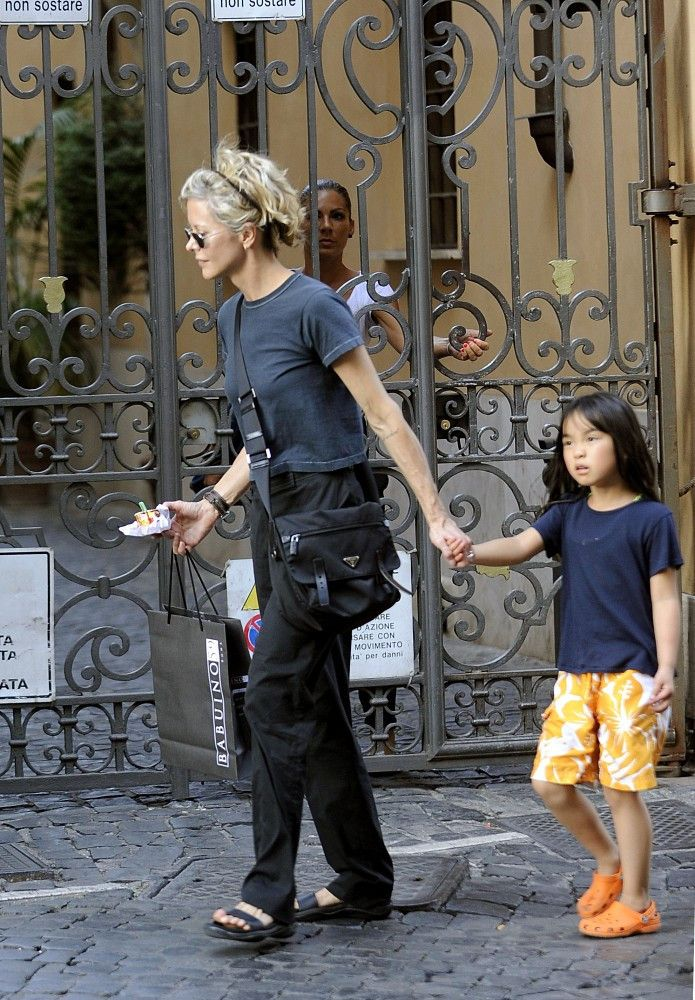 Meg Ryan Photos Photos - Meg Ryan and her daughter Daisy True (b. 2006) spend a girls day out doing some shopping and grabbing a gelato while on vacation. - Meg Ryan and Daisy True on Vacation