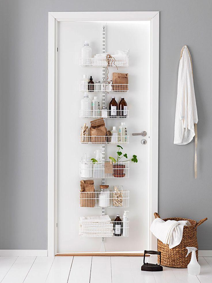 Dåligt med utrymme? Utnyttja en dörr för att sätta upp ett smart förvaringssystem. Olika tillbehör som korgar, tavlor och krokar gör det enkelt att organisera småsaker efter just dina behov.