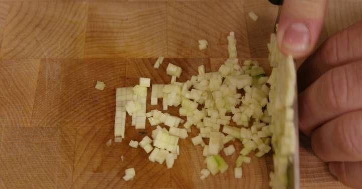 ¿Ni idea de picar una cebolla? ¿Torpe hasta para hacer patatas fritas? Aprende a dominar los distintos cortes de verduras y conseguirás platos más sustanciosos y bonitos.