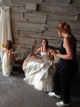 Sarah con la piccola modella e la sua mamma pronte per il servizio fotografico