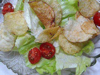 「ノンドレッシング・ポテトチップス・サラダ」 ドレッシングは使わずにサラダに乗せてみました、サクサクの香ばしい馬鈴薯フライがシャキシャキの野菜にアクセントを付けて、歯ごたえと酸味のうまみを活かした料理に変身します。