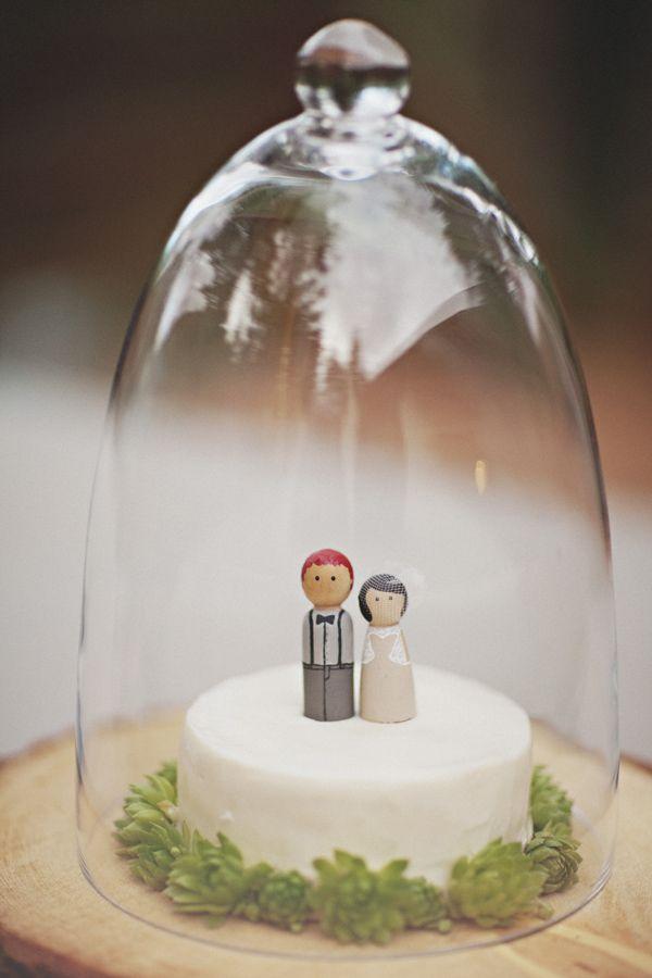 Source: Ruffled Blog / Photo: Sean Flanigan  Un petit cake topper choupinesque, ça faisait longtemps!  Pour trouver des personnages en bois de ce genre et personnalisables, vous pouvez aller sur la boutique Snuggly's via Etsy.  Pour voir l'intégralité de ce beau mariage intimiste, c'est par ici… Le dos de la robe de cette mariée aura fait le tour du wed'web et à juste titre… Oui, c'est juste whaou!